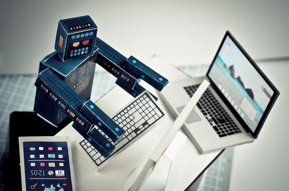 robot számítógépnél dolgozik