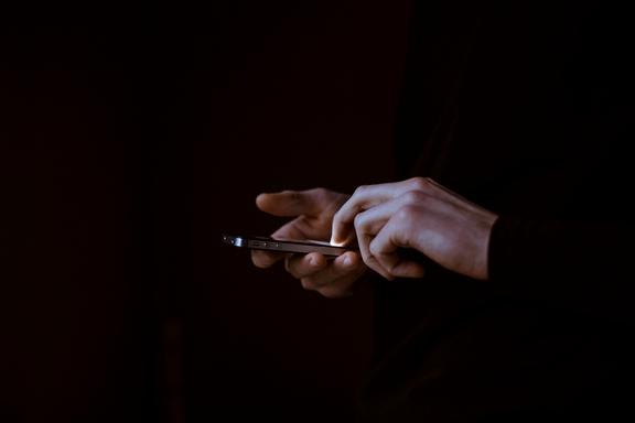 okostelefon kézben