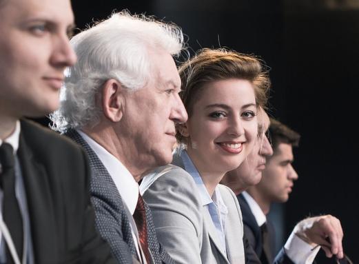 fiatal és idős munkavállaló generációk egymás mellett