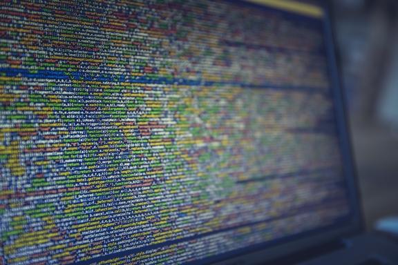 programkódok monitoron