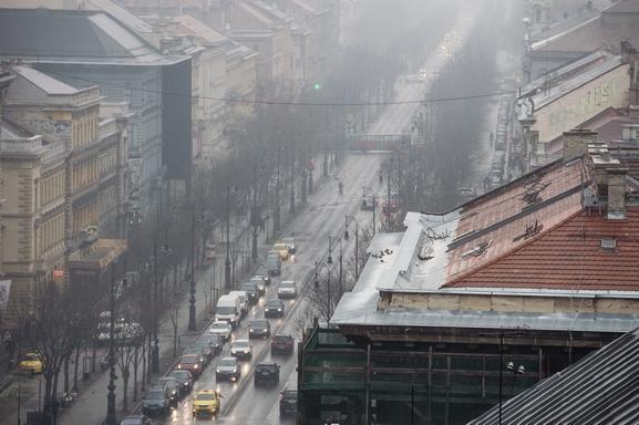Az Andrássy út a szmogos, ködös idõben 2017. január 31-én.