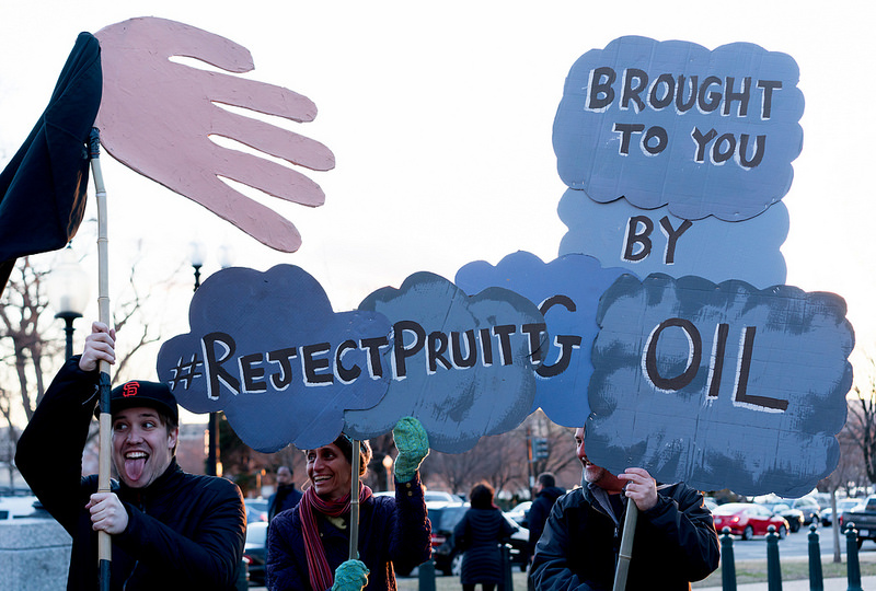 A tüntetők ellenérvei: Pruitt az olajlobbi embere. (fotó: flickr/Victoria Pickering)