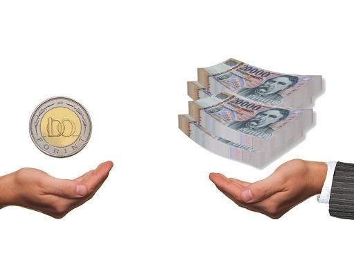 kevés pénz és sok pénz két kézben