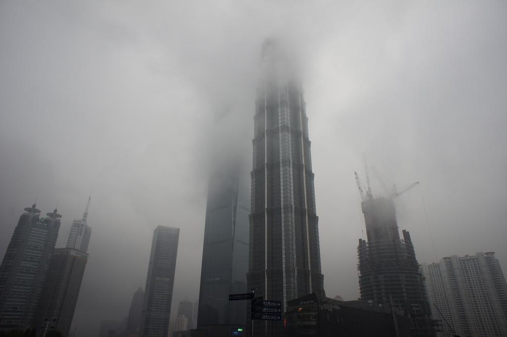 Sanghajban a felhőt is karcolja a felhőkarcoló, meg a szmogot is. (fotó: flickr / barnyz)