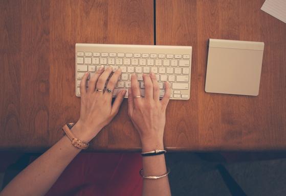 nő gépel klaviaturán