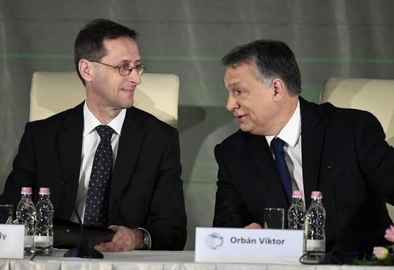 Orbán Viktor miniszterelnök (j) és Varga Mihály nemzetgazdasági miniszter a Magyar Kereskedelmi és Iparkamara gazdasági évnyitóján