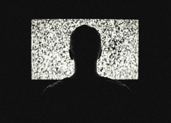 tévét néz