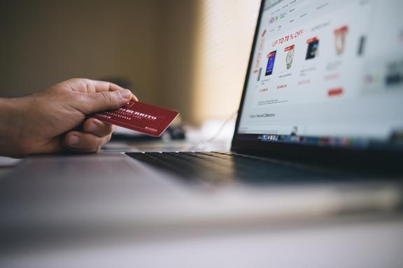 online vásárol ember kártyával