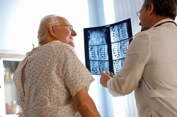 orvos röntgenképet mutat a betegnek