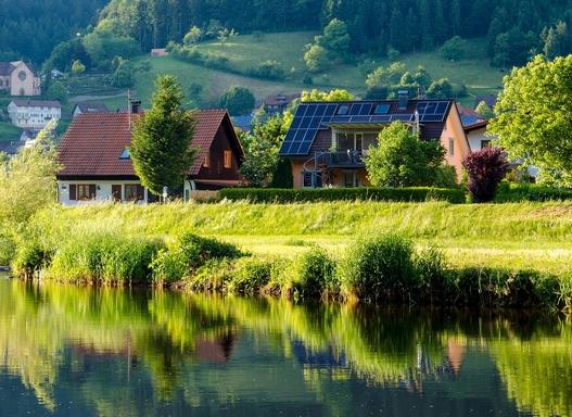 napelemek falusi házon
