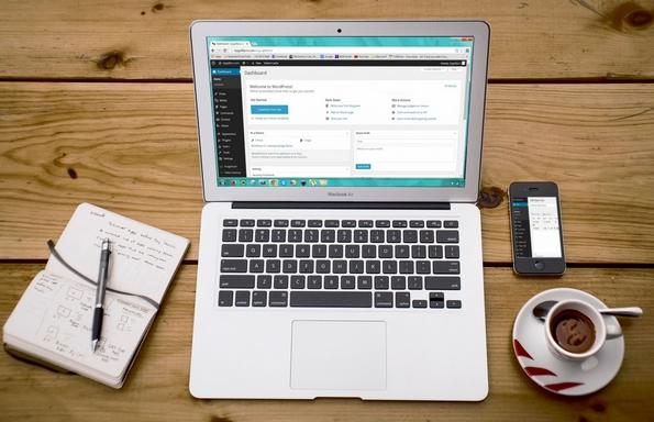 honlap tervezés laptopon