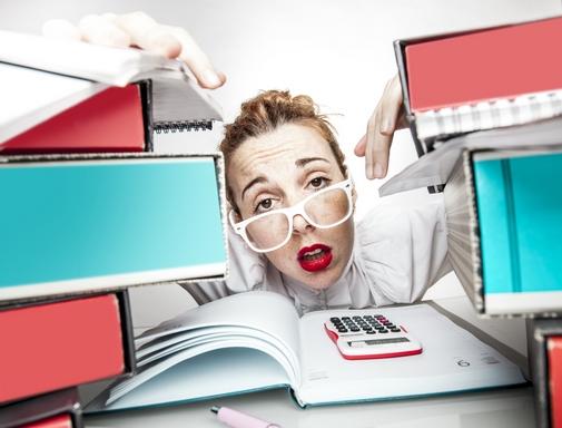 Túlterhelt, stresszes nő, számológéppel