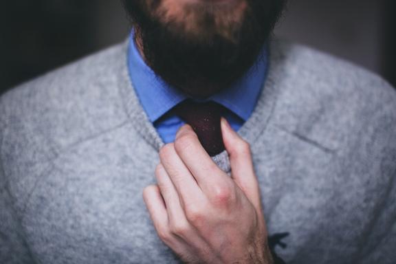 fiatal munkavállaló nyakkendőben
