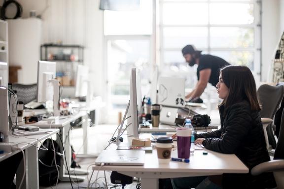fiatalok egyterű irodában