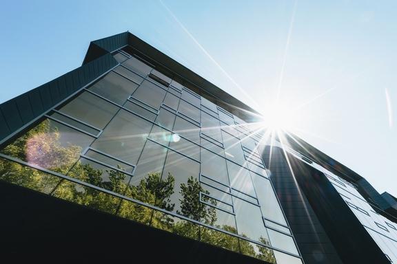 irodaház üvegében tükröződő fák