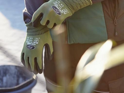 munkavédelmi kesztyűs kéz