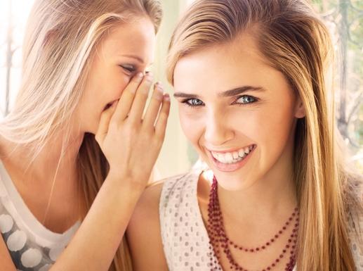 két lány sugdolózik