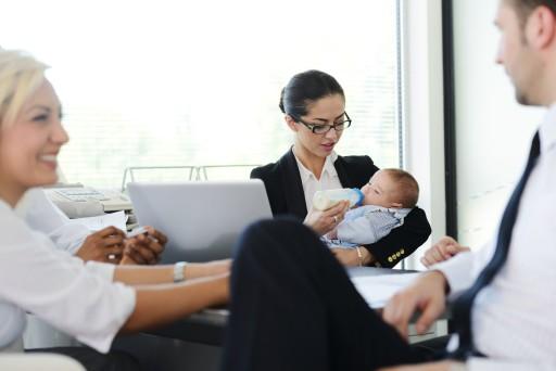 nő az irodában gyereket etet