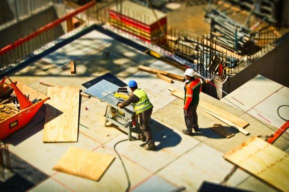 építkezésen dolgozó emberek