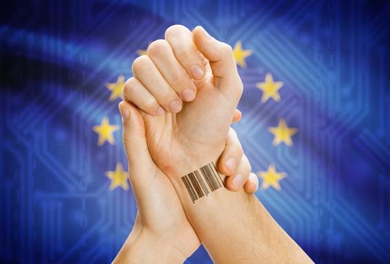 uniós zászló előtt vonalkóddal ellátott kéz