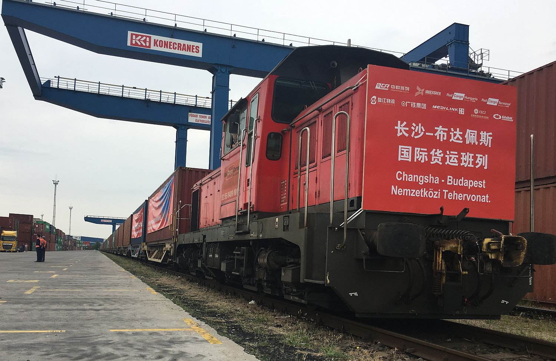 Kínai konténervonat Magyarországon - élénkülhet a kereskedelem Kína és az EU között, ha a kínai cégek elesnek az amerikai piacoktól