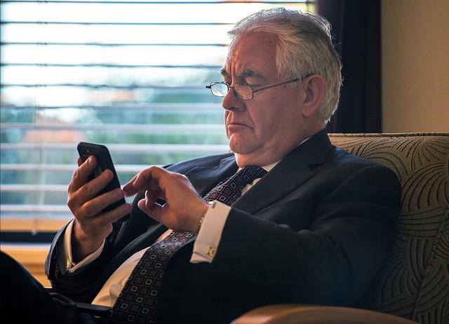 Rex Tillerson, az Exxon ex-vezére, jelenleg amerikai külügyminiszter. Vajon kivel üzenget? (fotó: Flickr/TravisAFB)