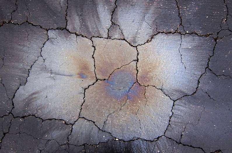 Ez pedig nem térkép. Hanem beton. Különös esztétikai jellemzője a pompás színekben csillogó olajfolt. (fotó: Flickr/Dennis Hill)