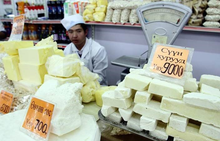 Vaj és sajtok hegyekben egy ulánbátori piacon. A szűkös exportkészletek miatt nagyot drágultak. Kép: ©FAO/ Shah Marai