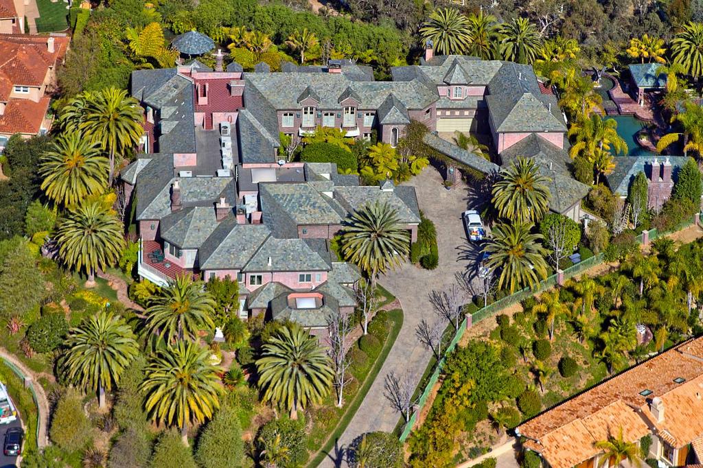 Bill Gates nyaralója 93 hektáros birtokon lóversenypályával, vendégházzal, állatorvosi rendelővel, gyümölcsössel, 5 istállóval.