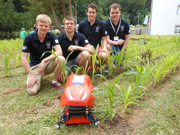 A Harper Adams diákfeltalálói díjnyertes robotukkal egy szlovéniai versenyen (fotók: Harper Adams Uni)