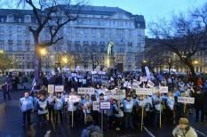 béremelés, önkormányzat, szakszervezet, sztrájk