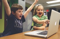 gyerek, iskola, it, okoseszközök, okostelefon, számítógép, tanulás, telefon