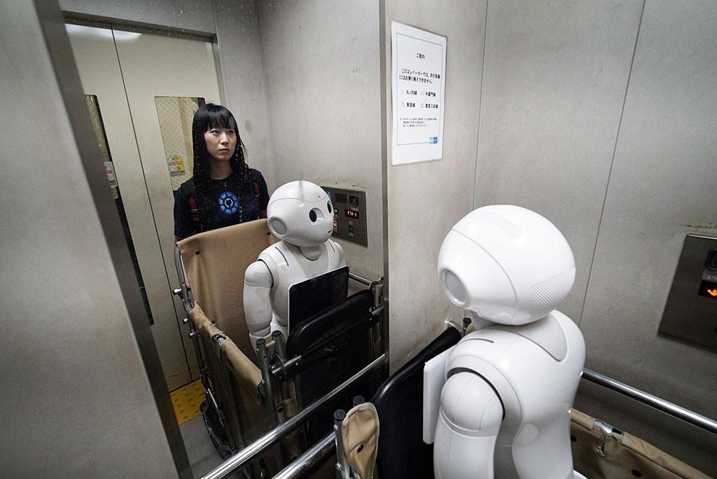 A japán SoftBank Pepper nevű általános célú robotja: igény szerint programozható, képes az emberek érzelmi reakcióinak és testbeszédének olvasására. Fotó: MTI/EPA/Franck Robichon