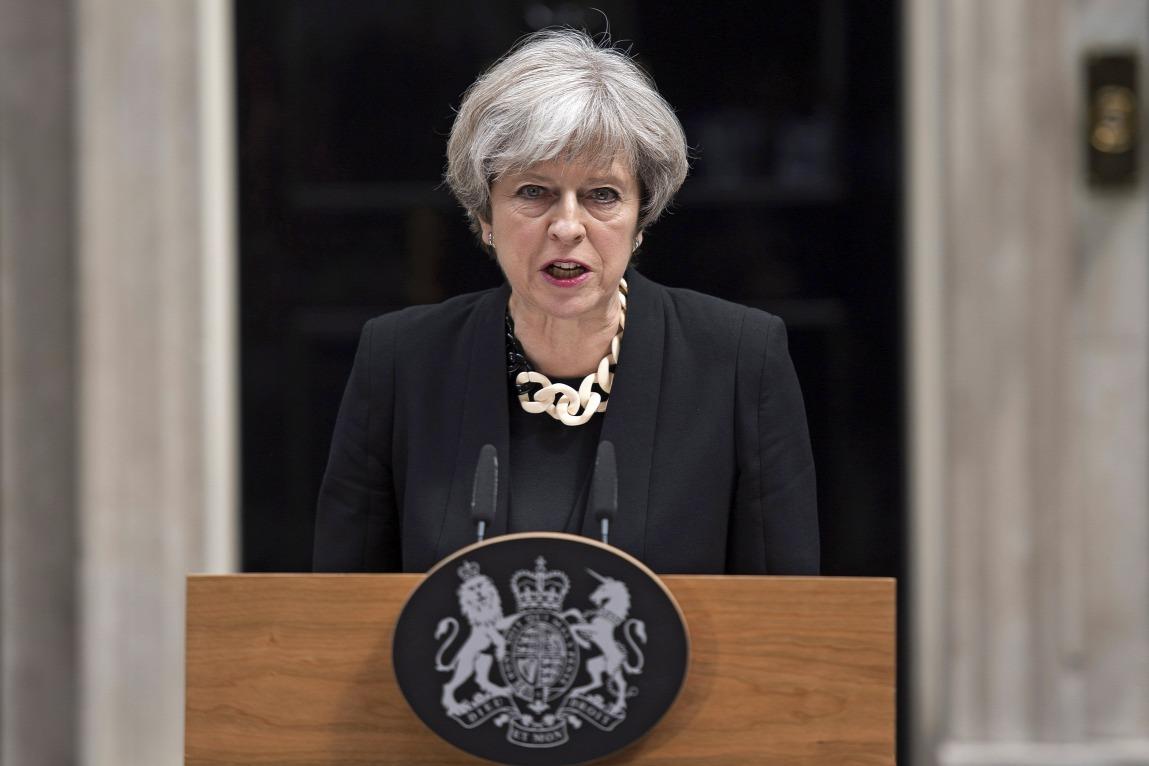Theresa May brit miniszterelnök nyilatkozik a londoni kormányfői rezidencia, a Downing Street 10. előtt 2017. június 4-én.FORRÁS: MTI/EPA/WILL OLIVER