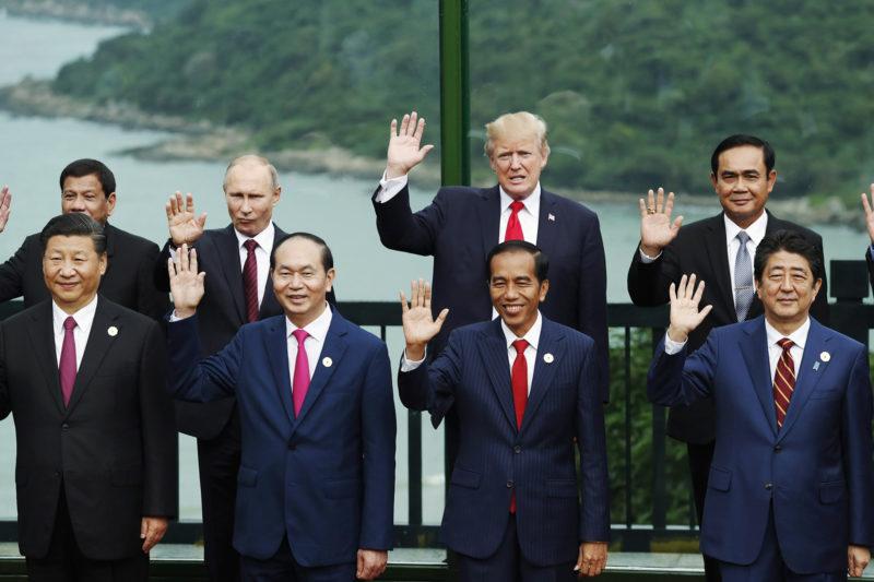 Danang, 2017. november 11. Csoportkép az Ázsiai és Csendes-óceáni Gazdasági Együttműködés (APEC) szervezete 25. csúcstalálkozójának résztvevőiről a vietnami Danangban 2017. november 11-én. Az első sorban (b-j) Hszi Csin-ping kínai, Tran Dai Quang vietnami és Joko Widodo indonéz államfő, illetve Abe Sindzó japán miniszterelnök, hátul (b-j) Rodrigo Duterte Fülöp-szigeteki, Vlagyimir Putyin orosz és Donald Trump amerikai elnök, valamint Prajuth Csan-ocsa thaiföldi miniszterelnök. (MTI/EPA/Reuters pool/Jorge Silva)