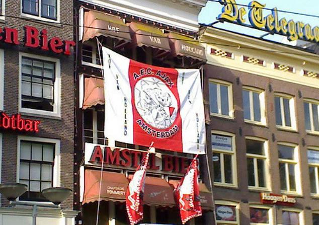 Büszkeség Amszterdamban: Ajax-zászló. Fotó: Flickr/Antonio Silveira
