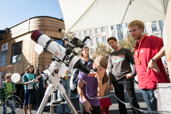 Gyerekek teleszkóppal a Bécsi Kutatás Ünnepén © Wirtschaftsagentur Wien / Tirza Podzeit