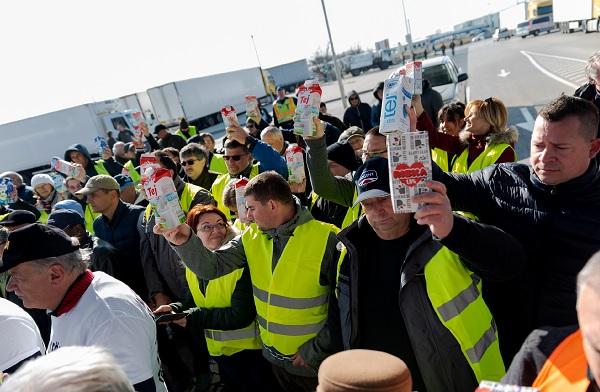 Tejtermelők tüntetnek a penny Market parkolójában - Kép: Nemzeti Agrárgazdasági Kamara