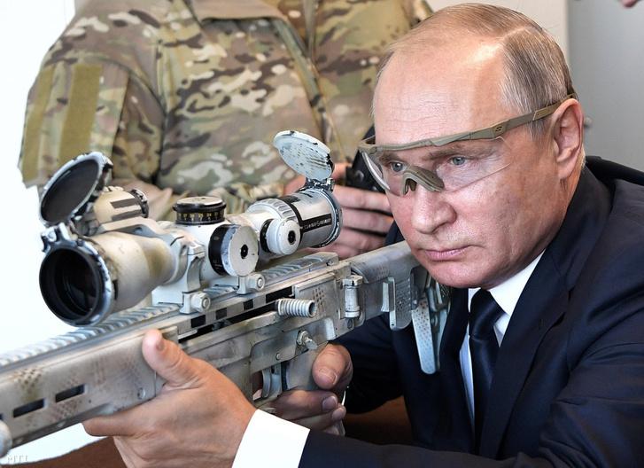 Putyin épp az új Kalasnyikovot próbálja ki