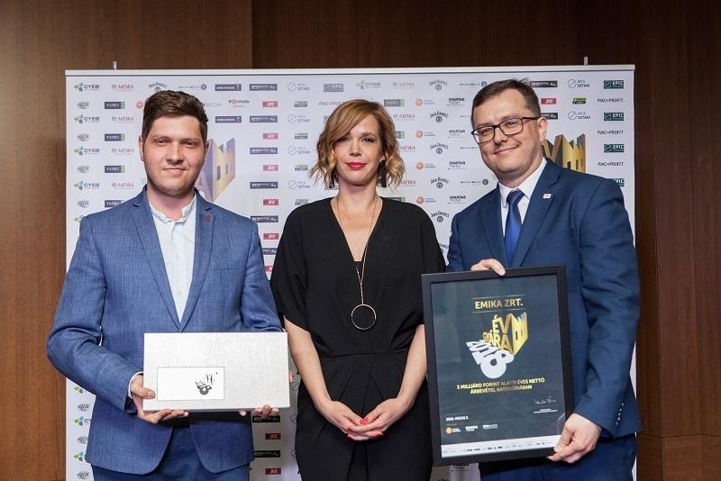 Droblyen Csaba vezérigazgató (jobbra) és Simon André lámpa üzletág vezető (balra), az EMIKA Zrt. képviselői átveszik az ÉV GYÁRA 2018 3 milliárd forint alatti éves nettó árbevétel kategória győztesének járó díjat. A díjat átadja Zákányi Virág, a GyártásTrend Magazin főszerkesztője.