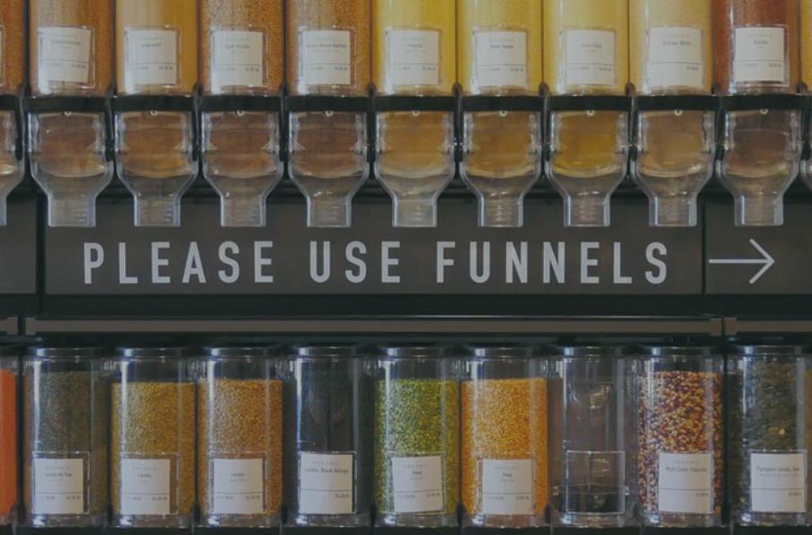 Minden adagolni kell a vevő által hozott táskába vagy üvegbe. (Fotó: precycleny.com)