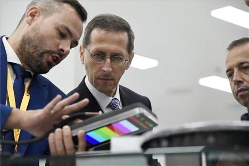 Varga Mihály pénzügyminiszter és Sami Krimi, a Continental AG Központi Elektronikai Gyárainak vezetője (j) a Continental csoport budapesti gyárának 30. évfordulós ünnepségen rendezett kiállításon 2019. augusztus 30-án. (MTI/Koszticsák Szilárd)