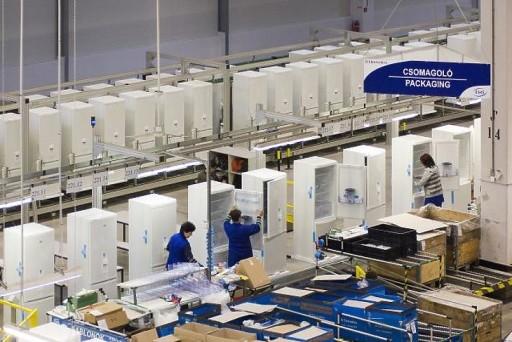Gyártósor az Electrolux nyíregyházi hûtõgépgyárában. MTI Fotó: Balázs Attila