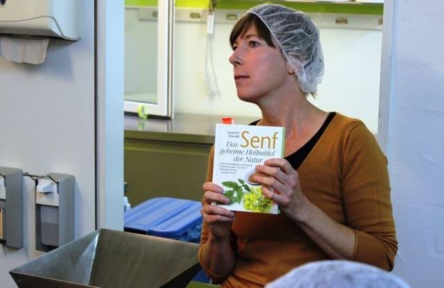 Eva Osterholz, a Senf Pauli alapítója, kezében a Mustár, a természet titkos gyógyszere című könyvvel.(Privátbankár.hu/Wéber Balázs)
