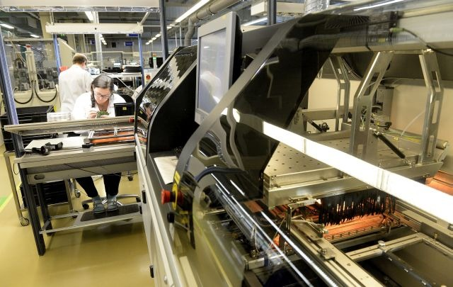 Székesfehérvár, 2014. július 1. Szelektív forrasztás végzõ berendezés a Videoton EAS Kft.-t gyártócsarnokában Székesfehérváron, a Videoton Ipari Parkban 2014. július 1-jén. A Videoton vállalatcsoport az elmúlt négy évben több mint 12,3 milliárd forint értékû beruházást valósított meg, amelybõl 4,7 milliárd a Videoton Autotechnika Kft.-t érintette, míg 2,9 milliárd a Videoton EAS Kft.-t. MTI Fotó: Soós Lajos